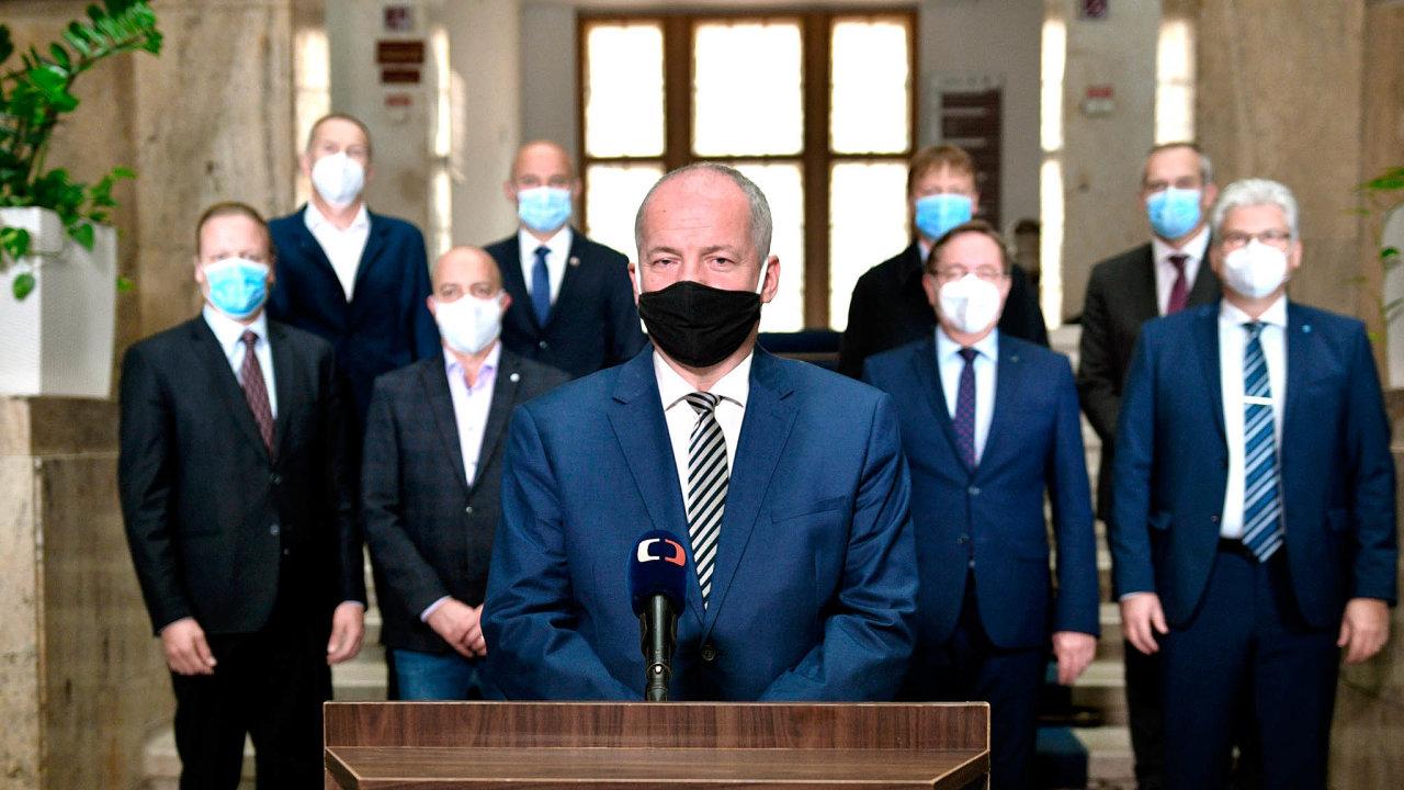 Naposlední chvíli: Jedním znejviditelnějších okamžiků ministra zdravotnictví Romana Prymuly byl TV projev 13. října. Původně měl zaznít oden dříve, ministr ho odložil deset minut před vysíláním.