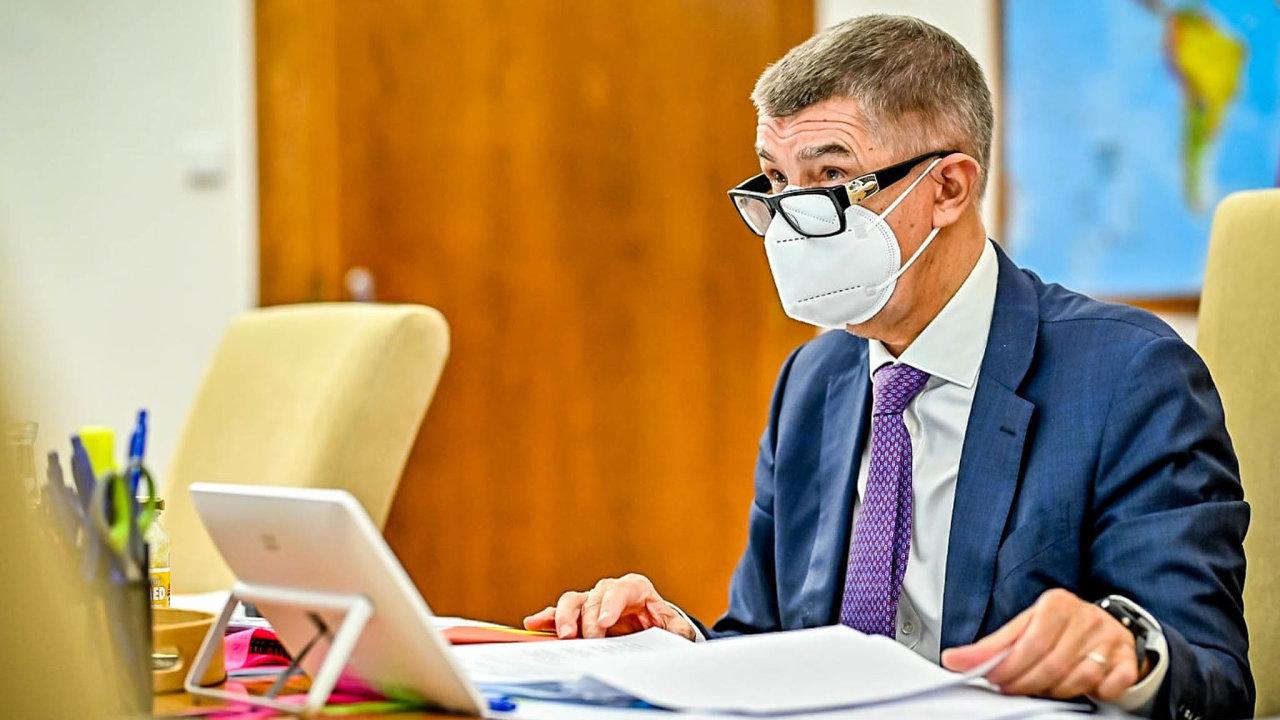 Čau, dámy apánové. Český premiér oslovuje svou facebookovou bublinu tu familiárně, tu oficiálně. Záleží natom, co zrovna covid.