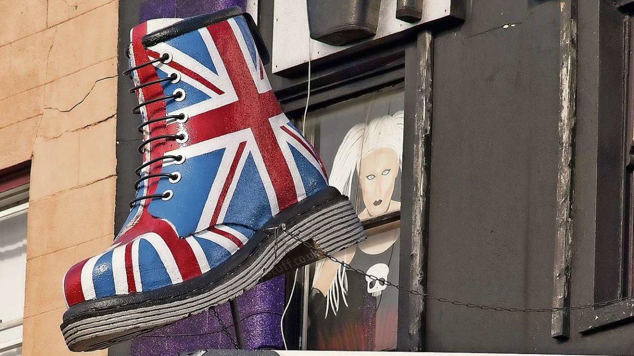 Značku Dr. Martens, symbol britské rockové a punkové subkultury, chctěla rodina Griggsů prodat už dlouho.
