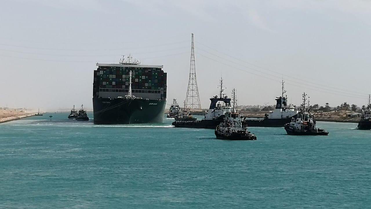 Kontejnerová loď Ever Given blokující Suezský průplav od minulého úterý byla v pondělí odpoledne vyproštěna.