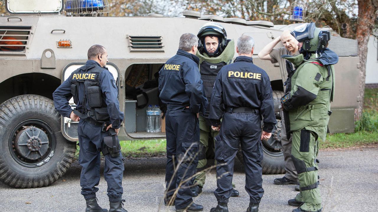 Pyrotechnici Policie ČR vybavení požárním tankem a transportérem vjeli 18. října do areálu muničního skladu ve Vlachovicích na Zlínsku