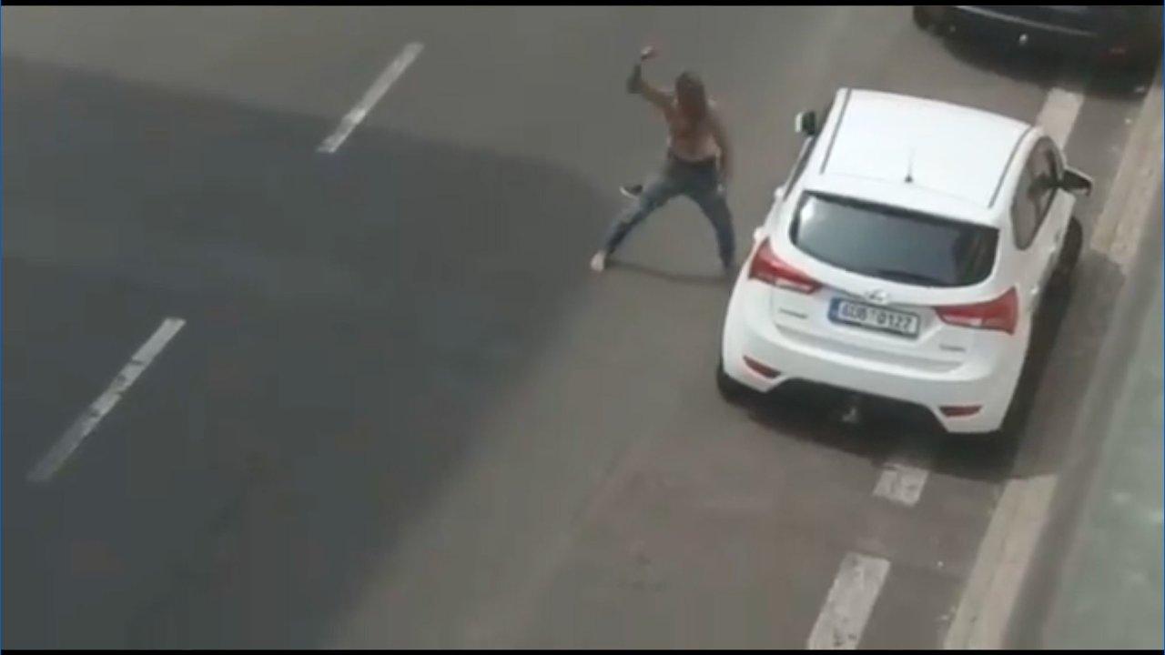 Zfetovaný muž útočící na auto.
