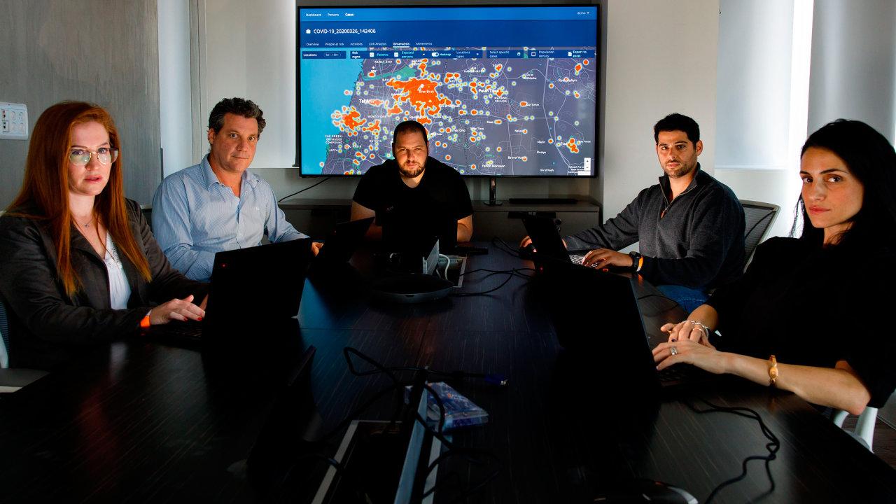 NSO Group Technologies je izraelská technologická firma, jejíž spyware s názvem Pegasus umožňuje vzdálený dohled nad smartphony. Uprostřed je šéf firmy Šalev Hulio.