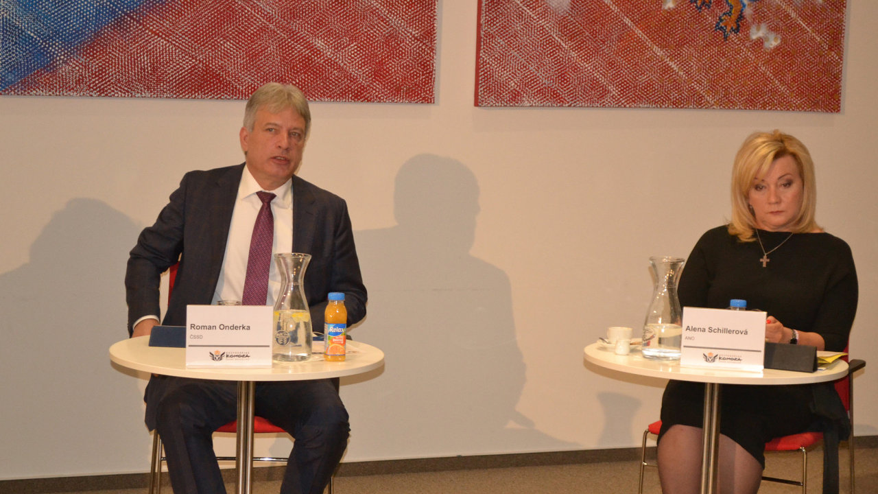 Ministryně financí Alena Schillerová (za ANO) a poslanec Roman Onderka (ČSSD) na předvolební debatě Hospodářské komory.