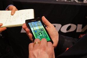 Chytrý telefon Lenovo K800 s procesorem Intel Atom