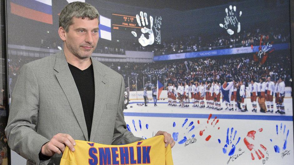 Richard Šmehlík s replikou památečního dresu