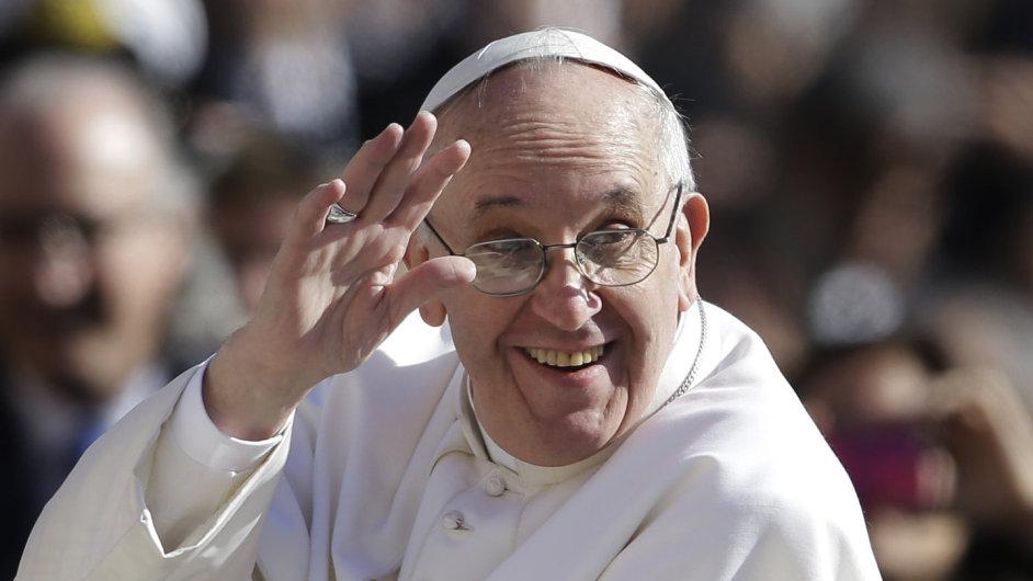 Papež František přijíždí na Svatopetrské náměstí v papamobilu