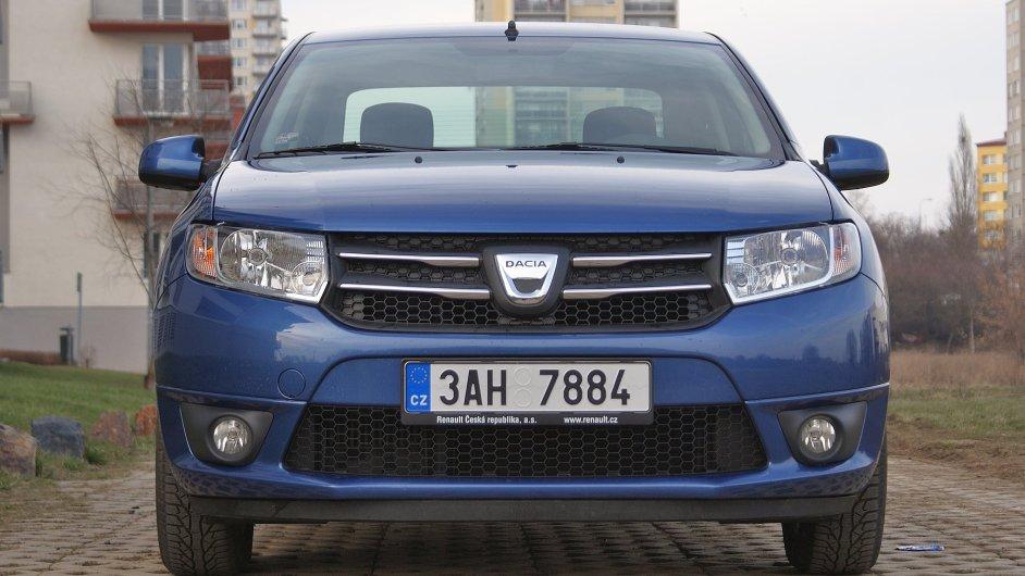 Logan, nebo Sandero? Dvě nejlevnější nová auta v Česku vypadají zepředu stejně.