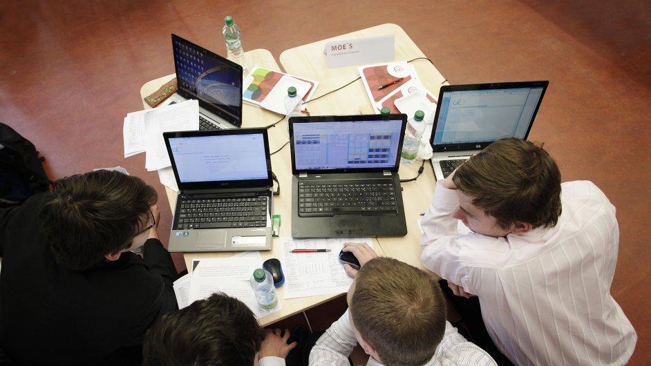 Firmy si začínají aktivně vyhledávat budoucí zaměstnance na školách
