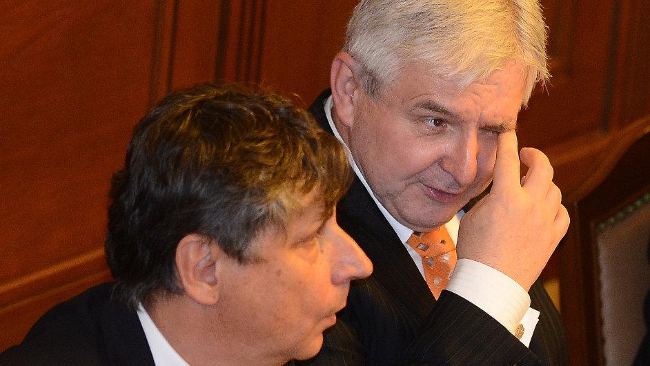 Jiří Rusnok (vpravo) ve sněmovně