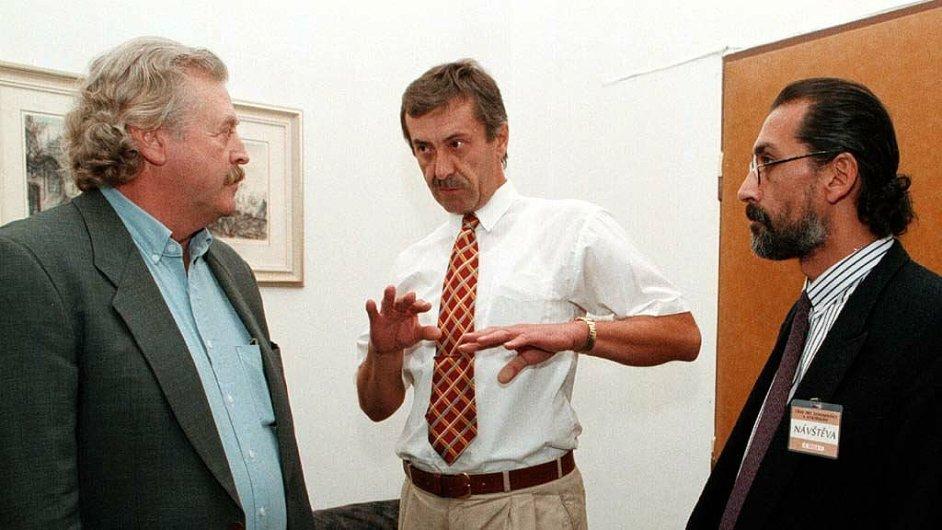 Pavel Bret, šéf Úřadu dokumentace a vyšetřování zločinů komunismu (uprostřed)