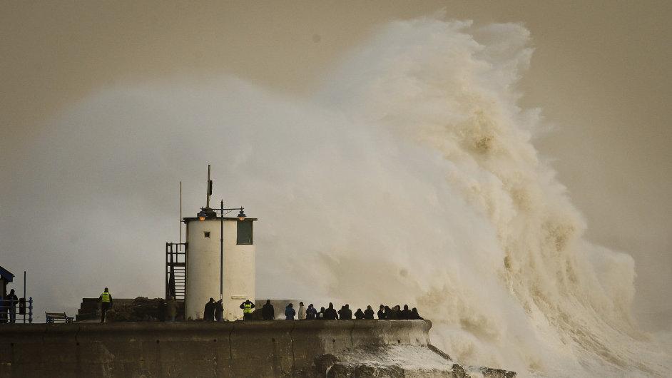 Obří vlny ve velšském zálivu Porthcawl