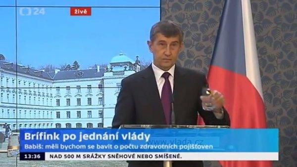Andrej Babiš na oficiálním briefingu české vlády hrozí médiím.