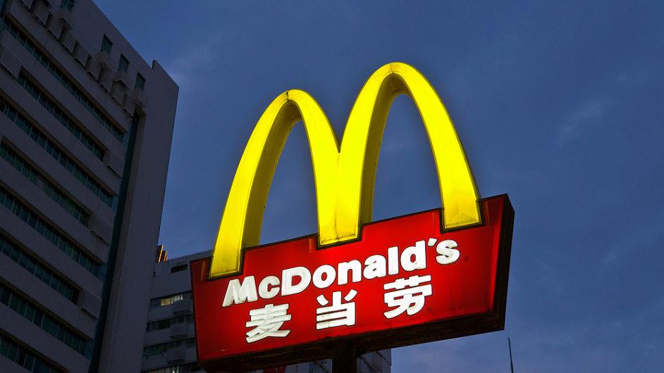 V čínských McDonaldech zmizely kvůli současné dodavatelské aféře z nabídky některé pokrmy.