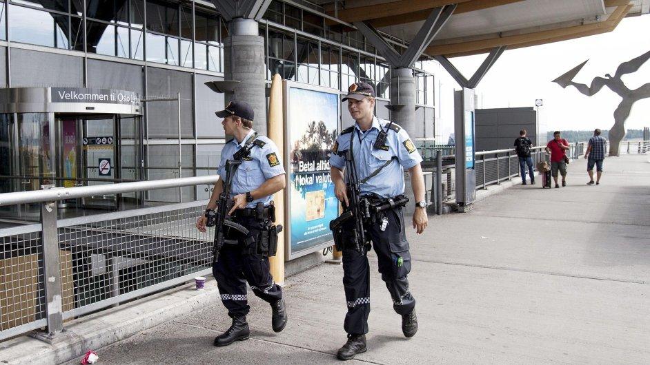 Policie hlídkuje před budovou letiště v Oslu.