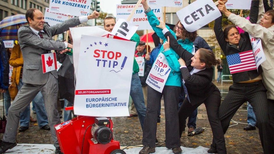 Demonstranti proti Dohodě o tržním a investičním partnerství mezi EU a USA