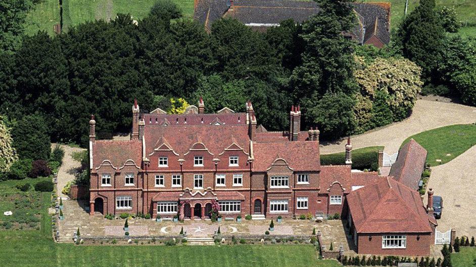 Český realitní magnát Radovan Vítek koupil venkovské sídlo Rydinghurst od někdejšího člena populární britské skupiny The Beatles Ringo Starra za 13 milionů liber.