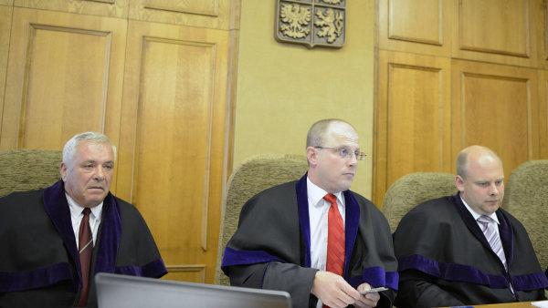 Soudce Robert Pacovský (uprostřed) znovu rozhodoval o své případné podjatosti.