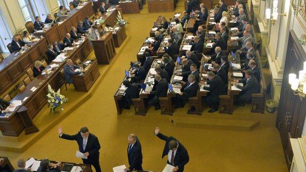 V registru by se mohly objevit smlouvy politických stran, navrhují poslanci.