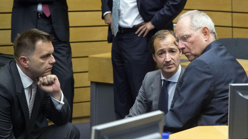 Německý ministr financí Wolfgang Schäuble (vpravo) hovoří na jednání euroskupiny se svým slovenským protějškem Petrem Kažimírem (vlevo).