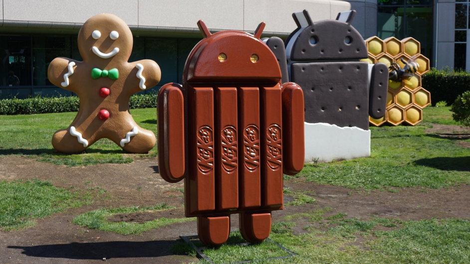 Plastika loga Androidu před velitelstvím Googlu v Mountain View v Kalifornii