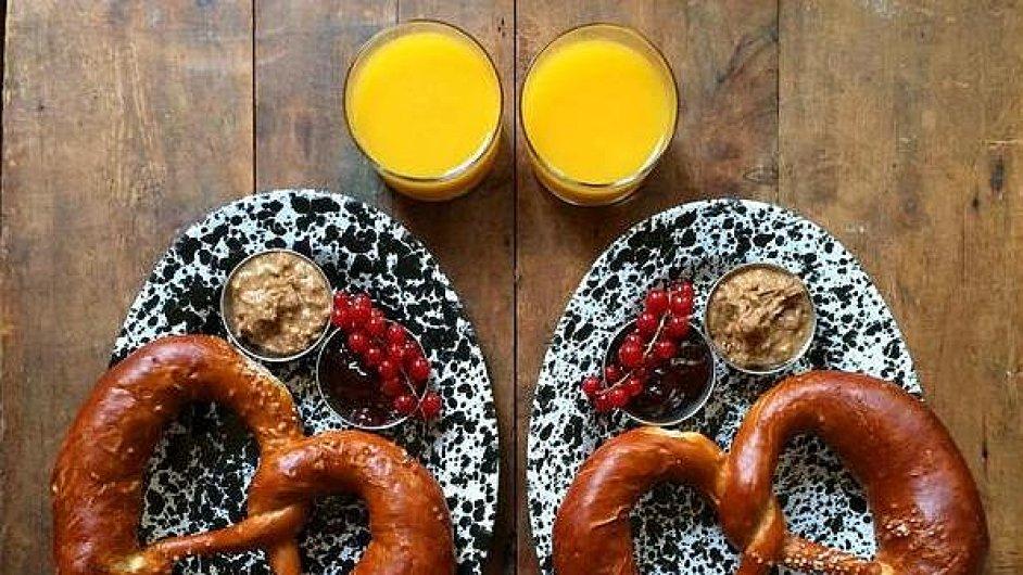 Symetrická snídaně od britského páru.