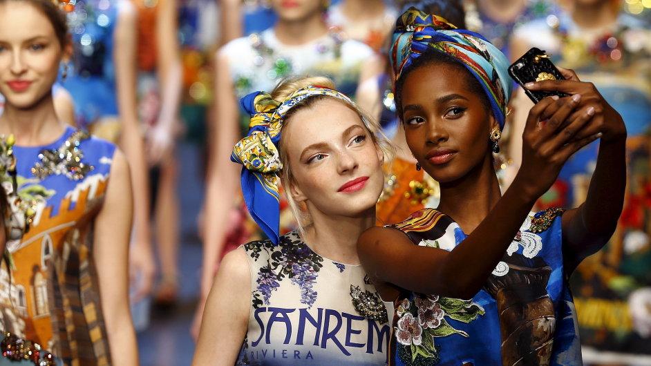 Součástí přehlídky Dolce & Gabbana, která se konala v rámci Milánského Fashion Weeku, bylo pořizování selfies přímo na přehlídkovém molu.