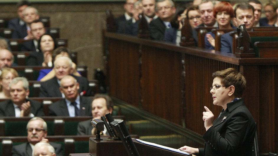 Polský Sejm schválil zneplatnění zvolení pětice ústavních soudců. Na snímku premiérka Beata Szydlová - Ilustrační foto.