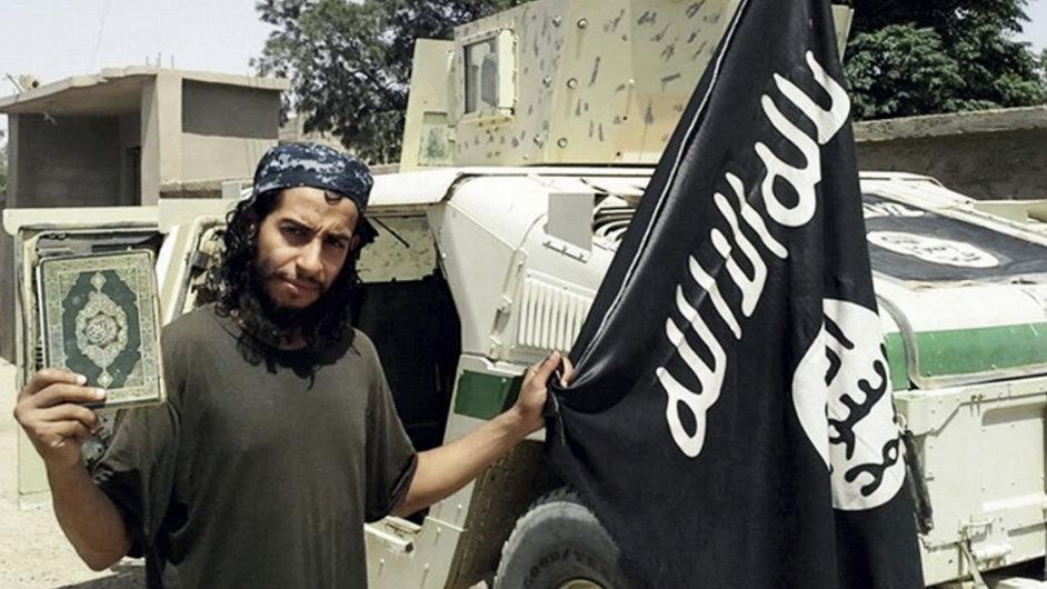 Islámský radikál Abdelhamid Abaaoud, který stál za útoky v Paříži, na nedatovaném snímku v časopisu Dabiq.