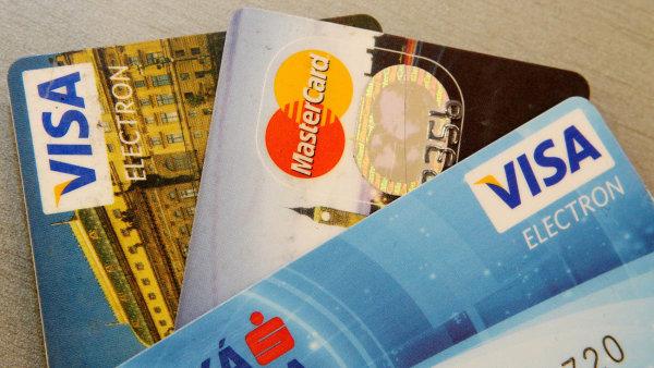 Banky p�i�ly o ��st poplatk� od obchodn�k� p�i karetn�ch transakc�ch v zahrani��. V�padek t�chto p��jm� si vyb�raj� od klient�.