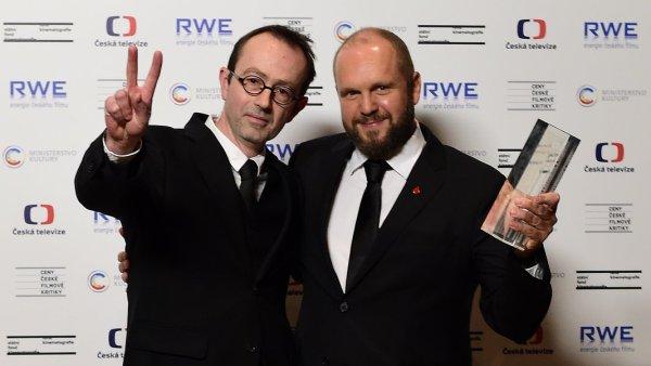 Cenu za nejlepší film a režii převzali producent David Ondříček (vpravo) a režisér Petr Zelenka za film Ztraceni v Mnichově.
