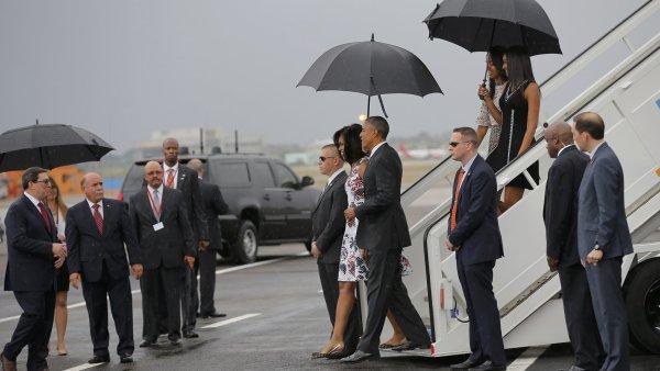 Prezident Barack Obama se svojí ženou a dcerami na letišti José Martího s kubánským ministrem zahraničí Bruno Rodriguezem.
