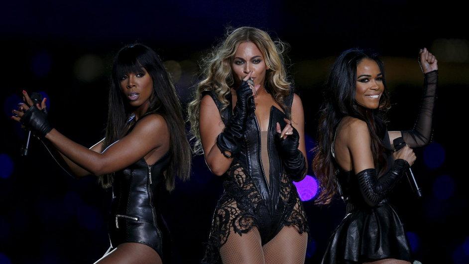 Beyoncé (uprostřed) s členkami své někdejší dívčí skupiny Destiny's Child vystoupila během únorového finále ligy amerického fotbalu Super Bowl.