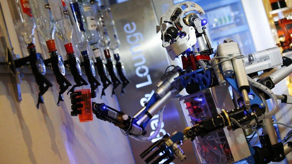 Robot Carl míchá drinky