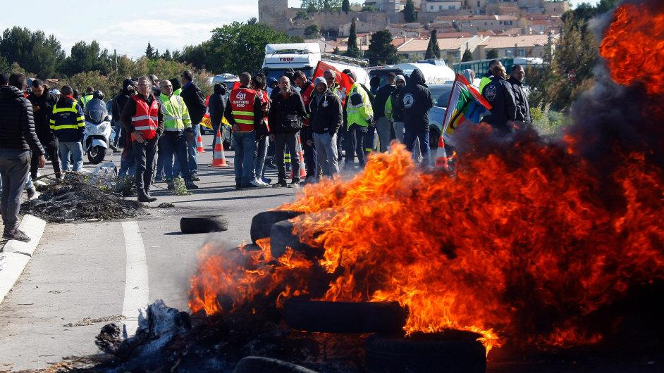 Blokáda rafinerií trvá už několikátý den, stovkám čerpacích stanic ve Francii už došly zásoby.