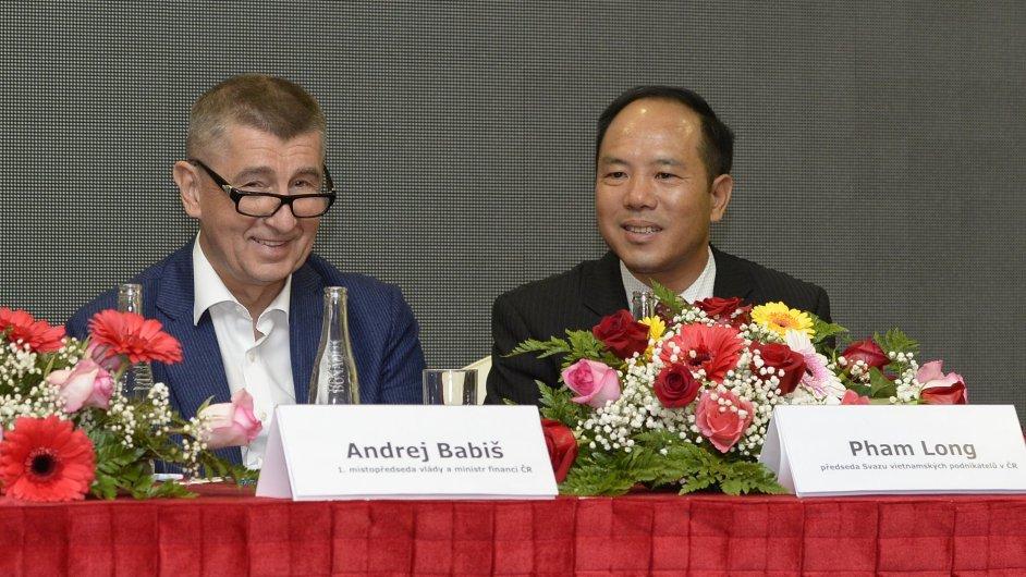 Ministr financí Andrej Babiš (vlevo) a předseda Svazu vietnamských podnikatelů v ČR Pham Long vystoupili 12. června v areálu obchodního centra SAPA Praha na konferenci ministerstva financí