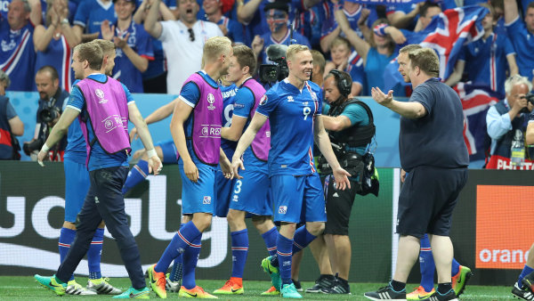 """Islandští """"vikingové"""" slaví historický postup do čtvrtfinále evropského šampionátu."""