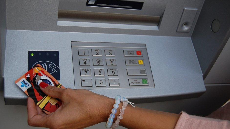 Bezkontaktní výběr platební kartou z automatu ČSOB