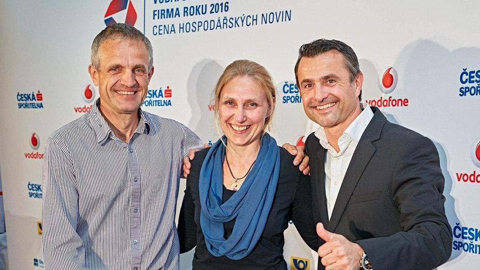 Vítězové (zleva): ředitel firmy T-MAPY Milan Novotný, Lucie Ernestová a jednatel Fabio produktu František Jenček.