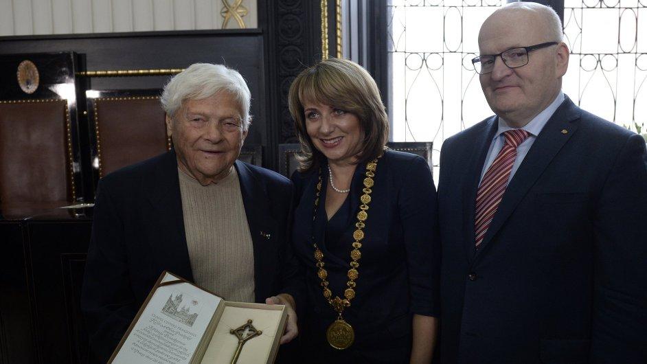 Jiří Brady převzal 26. října v Praze od pražské primátorky Adriany Krnáčové Klíč od obce pražské. Primátorka tak reagovala na aféru s vyznamenáním pro Bradyho.