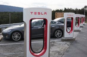 Tesla chystá stanice, které dobijí elektromobil za 15 minut. Plánují je ale i velké automobilky