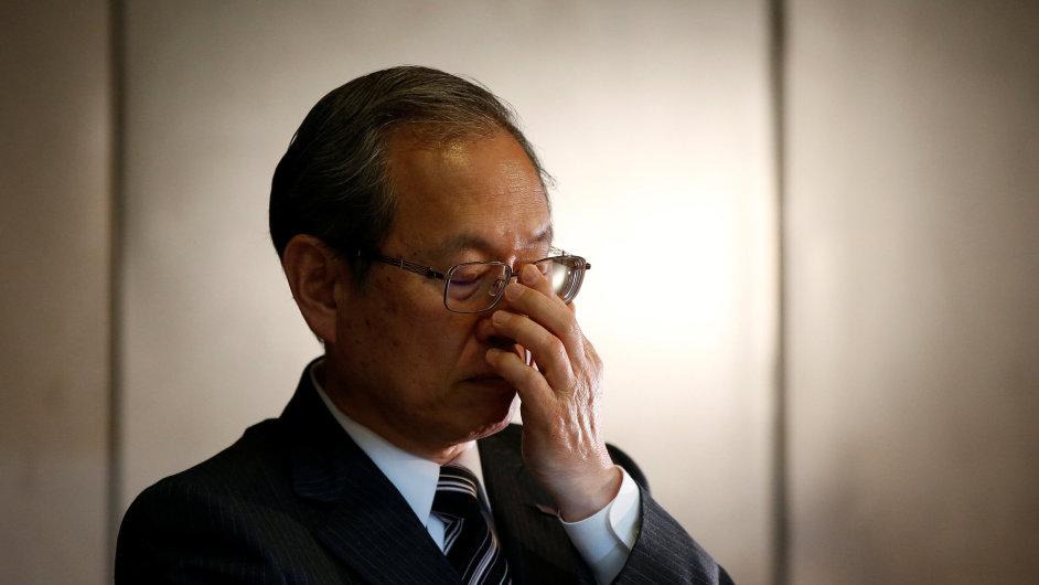 Šéf Toshiby Satoši Cunakava se s tradiční japonskou úklonou omlouval akcionářům. Koncern zasáhly potíže jaderné divize Westinghouse.