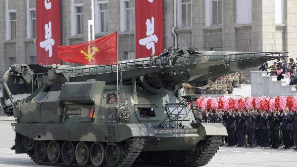 Pokus odpálit raketu přichází den poté, co se v hlavním městě KLDR konala vojenská přehlídka v rámci oslav 105. výročí narození zakladatele komunistického režimu Kim Ir-sena.
