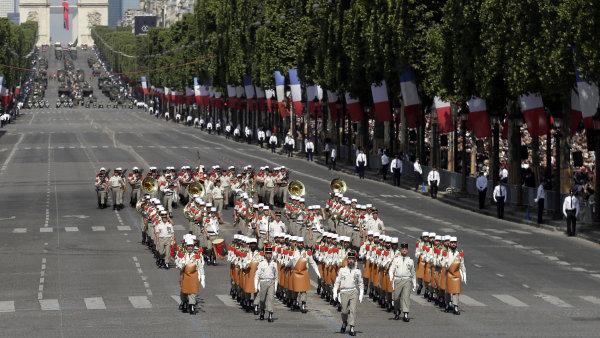 Pařížský bulvár Champs-Élysées hostí velkolepou vojenskou přehlídku.