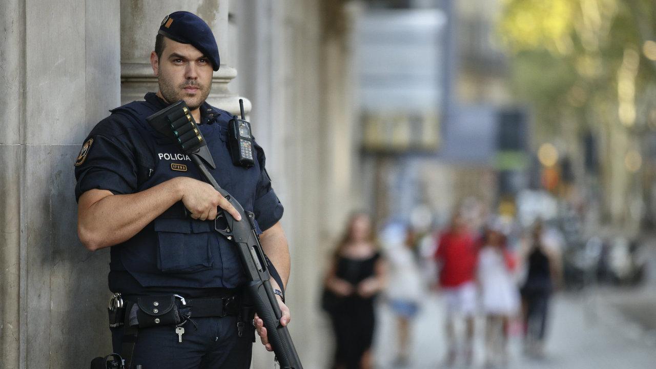 Španělský policista střežící ulici po teroristických útocích v Katalánsku v roce 2017.