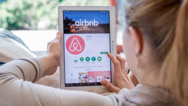Vposledních letech roste tlak nakontrolu sdílených služeb. Kromě taxislužby Uber se to týká iubytovacích firem typu Airbnb.