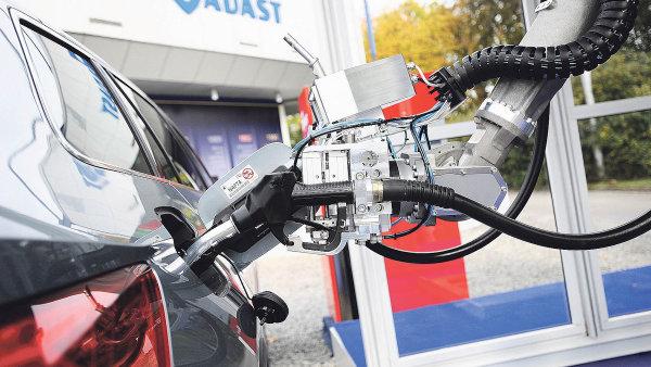 Robot, nahrazující lidskou sílu při tankování pro průmyslové využití.