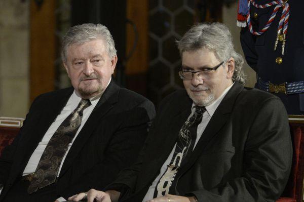 Zleva ekonom Milan Zelený a publicista Petr Žantovský před začátkem slavnostního ceremoniálu udílení státních vyznamenání