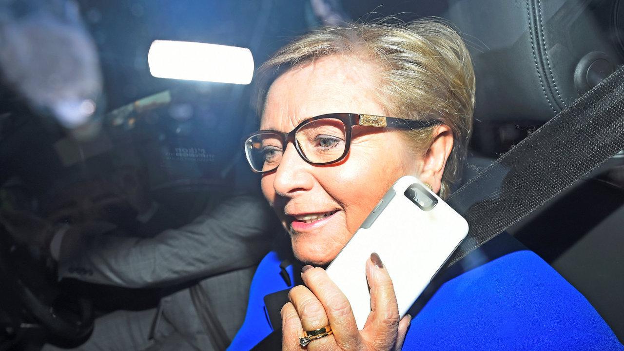 Irská vicepremiérka Frances Fitzgeraldová podlehla tlaku a rezignovala. Země se tak vyhnula předčasným volbám.