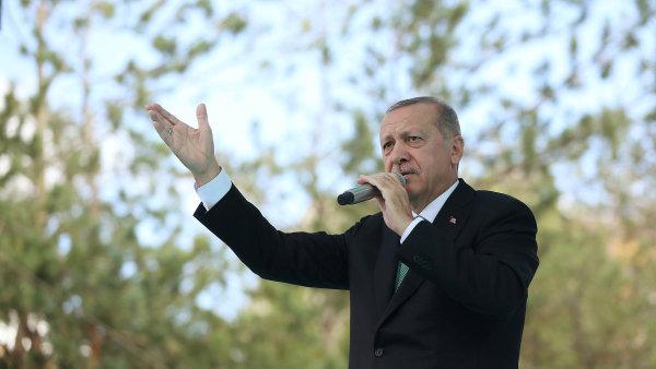 Turecko provedlo odvetný krok vůči USA a zvýšilo cla na dovoz amerických aut na 120 procent, u alkoholu až na 140 procent